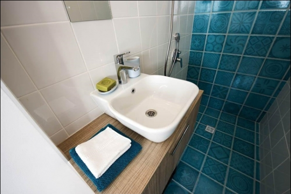 aquamarine-bathroom-zinkF3B3EF75-6217-D70F-B132-5FABBD0599D3.jpg